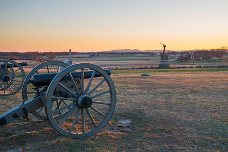 ゲティスバーグ国立戦場跡に夕暮れ時の大砲
