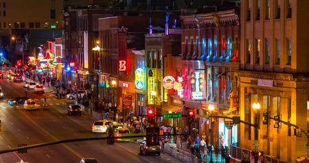 NASHVILLE, 테네시 -10 월 8 일 : 네온 표지판 빛 내 쉬 빌, 테네시, 미국에서 2017 년 10 월 8 일에 브로드 웨이 함께 스트립