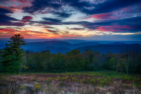 Sunset over the Blue Ridge Mountains in Shenandoah National Park in Virginia 스톡 콘텐츠