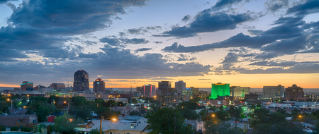ALBUQUERQUE, NM - OCTOBER 12: Albuquerque, New Mexico Skyline at sunset on October 12, 2017 에디토리얼