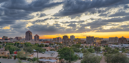 ALBUQUERQUE, NM - OCTOBER 12: Albuquerque, New Mexico Skyline at sunset on October 12, 2017 Banco de Imagens - 90727522