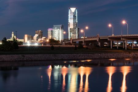 오클라호마 시티, 확인 -10 월 11 일, 2017 : 오클라호마 시티의 스카이 라인, 강에 반사 된 밤에 확인 에디토리얼