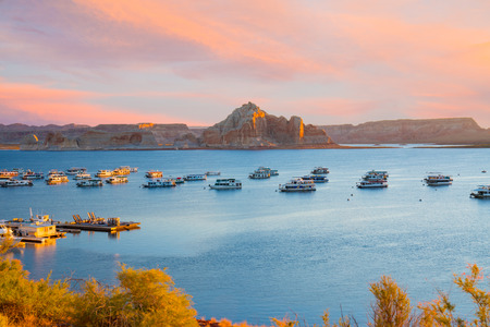 PAGE, AZ - OCTOBER 22, 2017: Houseboats during sunrise near Wahweap Marina on Lake Powell in Page, Arizona. 에디토리얼