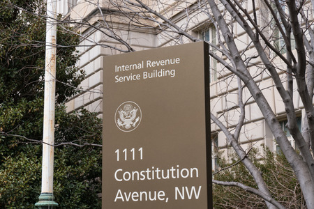 WASHINGTON, DC - MARCH 14, 2018: Internal Revenue Service sign at the IRS Building in Washington, DC 에디토리얼