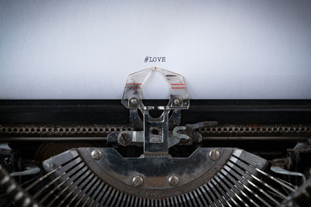 The hashtag #Love typed on an old Typewriter 版權商用圖片 - 106000933