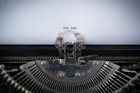 The phrase The End typed on an old Typewriter 版權商用圖片