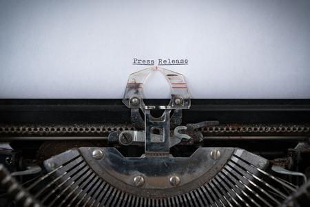 De zin Persbericht getypt op een oude typemachine