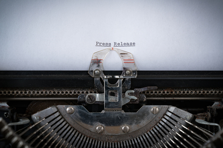 Die Phrase Pressemitteilung auf einer alten Schreibmaschine getippt
