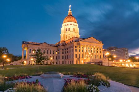 Exterior del edificio de la capital del estado de Kansas en Topeka, Kansas en la noche