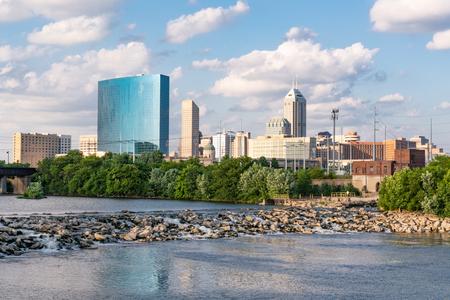 Indianapolis City Skyline langs de White River Stockfoto