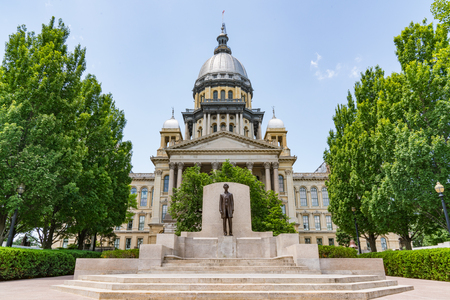 Abraham Lincoln statue in front of the Illinois State Capital Building in Springfield, Illinois 免版税图像
