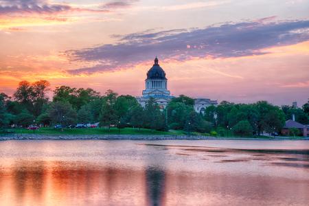 PIERRE, SD: South Dakota Capital Building along Capitol Lake in Pierre, SD at sunset 免版税图像
