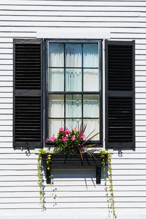 Kolonialstil-Fenster mit schwarzen Fensterläden auf einem New England House