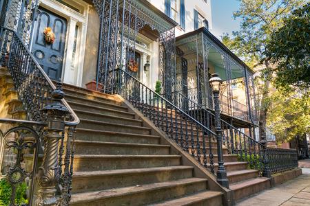 Zabytkowe domy z kutym żelazem wzdłuż ulicy w Savannah w stanie Georgia