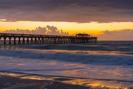 Amanecer junto al muelle en Myrtle Beach, Carolina del Sur