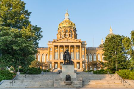 DES MOINES, IA: Facade of the Iowa State Capitol Building in Des Moines, Iowa Imagens - 129569002