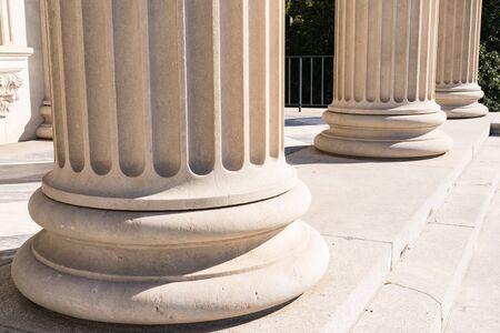 Dettaglio basato su colonne di pietra greca scanalate