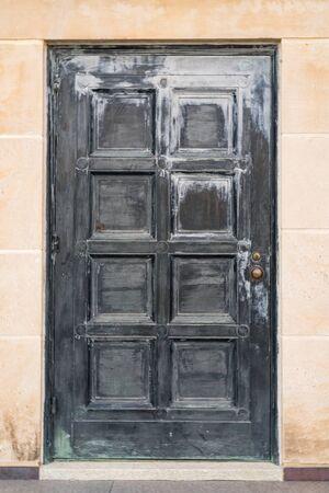Old Weathered Black Door on Building Foto de archivo - 129569183