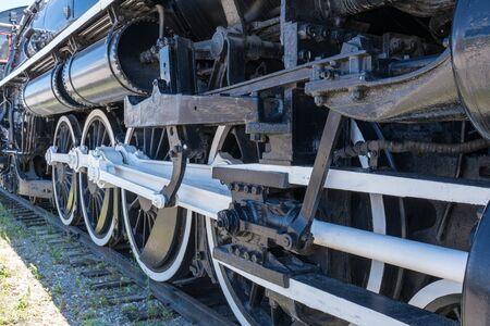 Ruote di ferro della vecchia locomotiva della ferrovia a vapore Archivio Fotografico