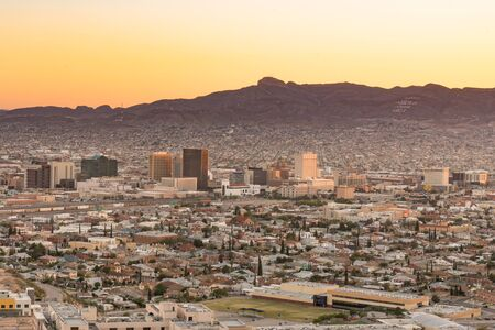 Skyline of El Paso, Texas at sunset 免版税图像