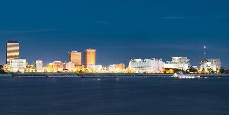 Horizonte nocturno de Baton Rouge, Louisiana, cruzando el río Mississippi