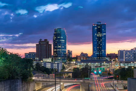 Night skyline of downtown Knoxville, Tennessee after sunset 免版税图像