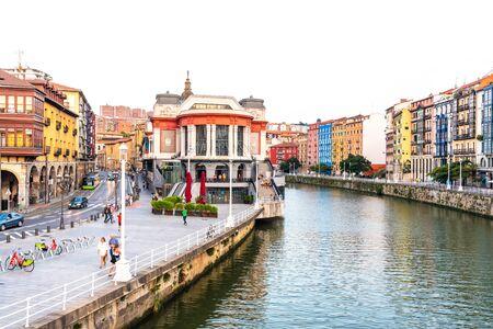 Bilbao, España - 16 de septiembre de 2019. Vista del río Bilbao, el histórico mercado de La Ribera y la calle Erribera Kalea a la izquierda.