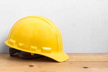 herramientas de construccion: Casco en mesa de madera Foto de archivo