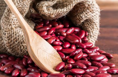 alubias: Primer plano de frijol rojo en la bolsa de yute