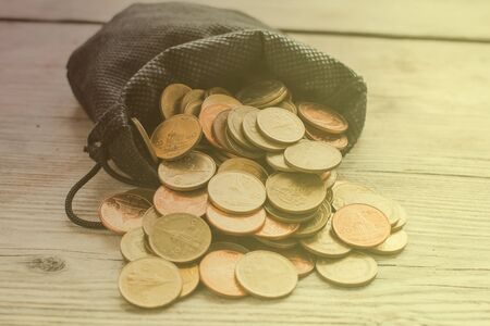 monedas antiguas: Monedas en Bolsa Negro en Luz brillante, estilo de la vendimia