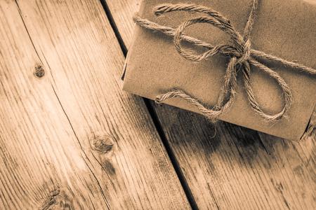 木材の背景、アンティーク音色のロープ巻きビンテージ ギフト ボックス茶色紙 写真素材
