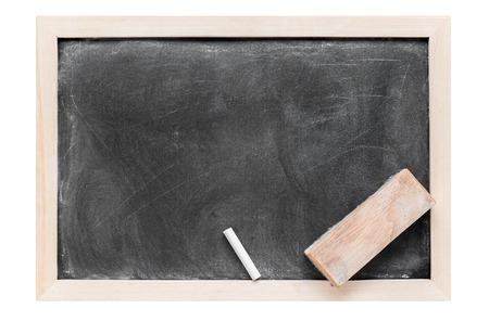 blackboard: En blanco sucio pizarra, tiza y borrador aislados en fondo blanco