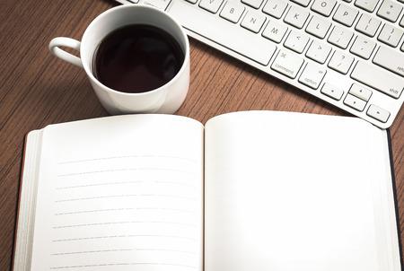 teclado: Cuaderno vac�o, el teclado y el caf� en la madera concepto de mesa de trabajo