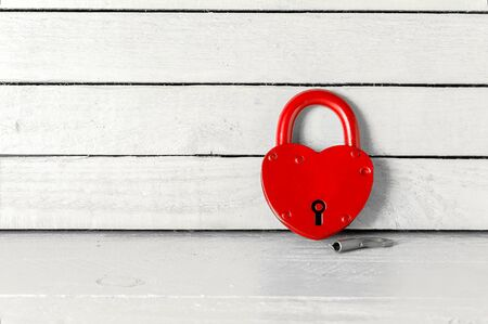 Antique Red Padlock over white wood background 免版税图像