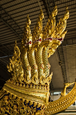 """nags: Tailandia - 12 de febrero: Gran escultura de serpiente en la parte de cabeza del yate real, el nombre tailand�s es """"ANAN TA NAGS KA RACH"""" al Museo Real yate en febrero 12,2013 en Bangkok."""