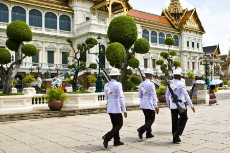 zastąpić: BANGKOK JULY 13: The army officer and mini parade for replace  at Grand Palace (Wat Pra Keaw) on July 13, 2013 in Bangkok.