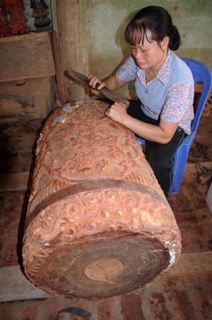 cloche: sculpture dune cloche en bois Stock Photo
