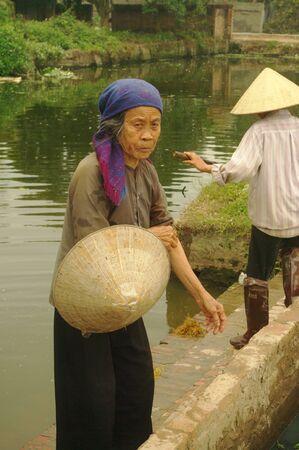 "watershed: grandma ""kinh"" before the watershed pagoda"