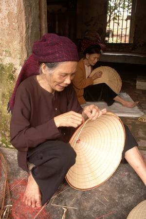 Grand-activité des m?res cousant chapeaux coniques Éditoriale
