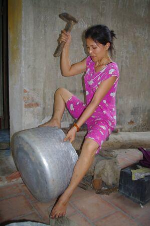 arbre: Elle martel� AINSI La t�le of this bassine en la Maintenant with fils pied.