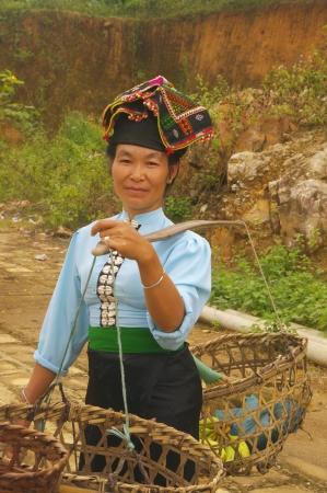 sunday market: La mujer �tnica Khang en la espalda del traje tradicional feria dominical donde shesold sus verduras Foto de archivo