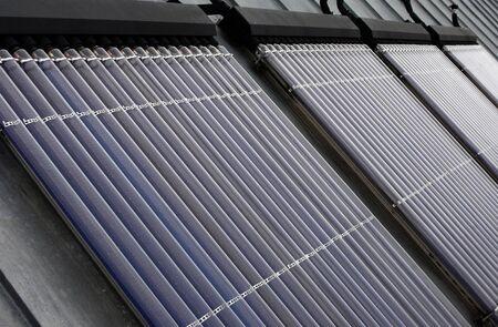 zonnepanelen op een dak van een gebouw Stockfoto