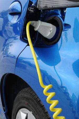 cables electricos: cerca de la carga de la bater�a de un coche el�ctrico Foto de archivo