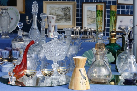 antiquary: objetos antiguos en un mercado de pulgas Editorial
