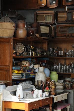 oude voorwerpen op een rommelmarkt