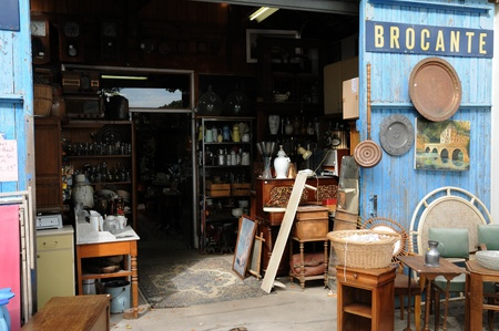 objets anciens sur un marché aux puces Éditoriale