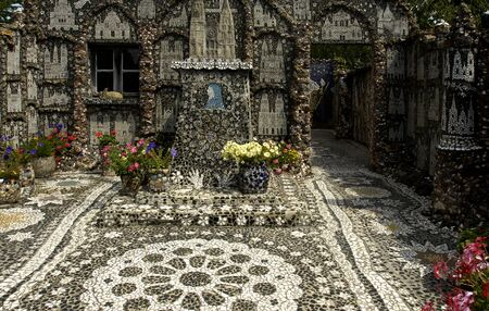 La Maison Picassiette, 오래된 집 장식 된 토기 모자이크