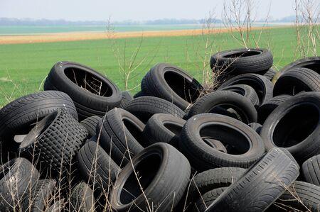 Francia, una pila de neumáticos de desecho en Arthies Foto de archivo - 13403621