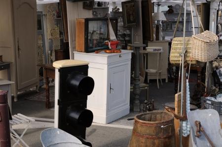 antiquary: objetos viejos en un mercado de pulgas Foto de archivo