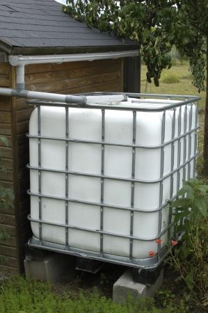 eau de pluie: Yvelines, r�servoir d'eau de pluie dans un jardin � Les Mureaux
